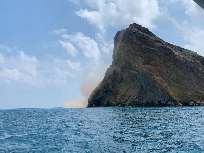 龜山島龜首今受強震影響,土石從山坡滾滾入海。(解說員邱瑞宏提供)
