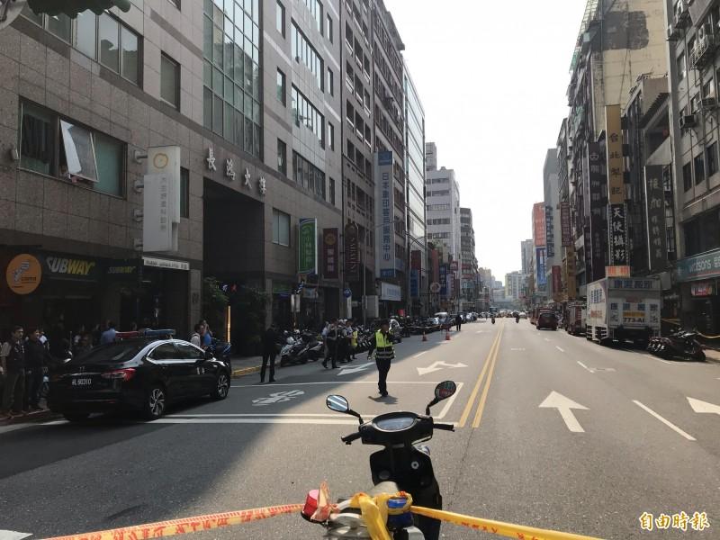 警方及消防疏散大樓人員後封鎖現場。(記者蔡思培攝)