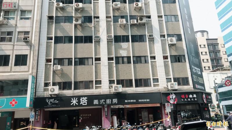 長安東路大樓傾斜,右側建築倒向左側的大樓。(記者蔡思培攝)
