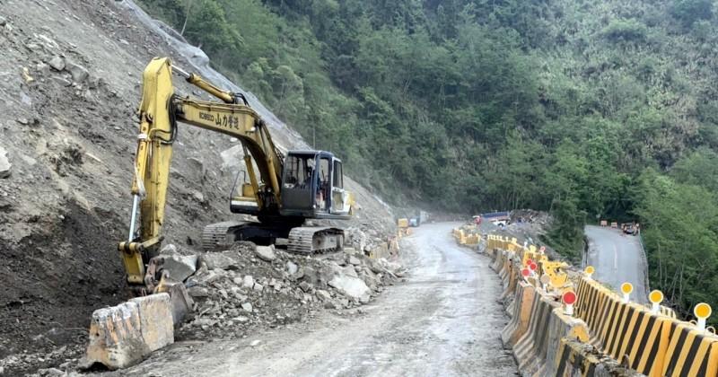 公路總局信義工務段派挖土機在新中橫迴頭彎清理落石情形。(記者謝介裕翻攝)