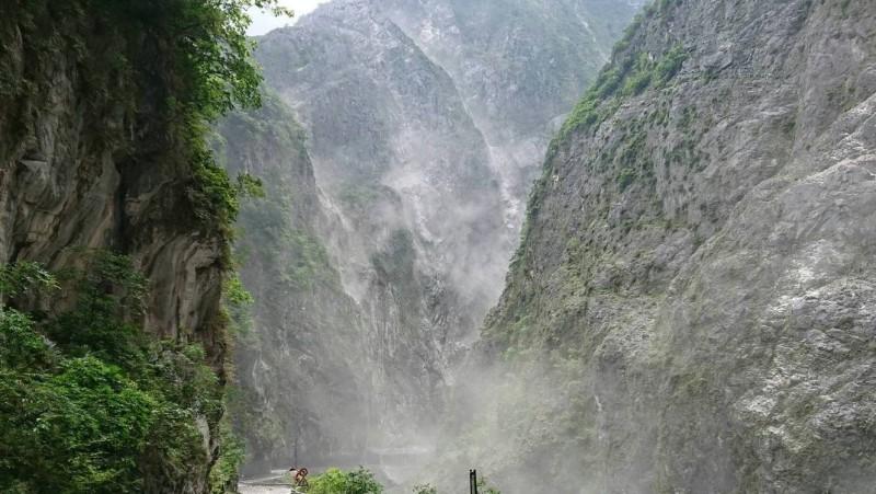 花蓮規模6.1的強震,使得南投縣仁愛山區一度出現大量落石及揚塵的情形。(記者謝介裕翻攝)