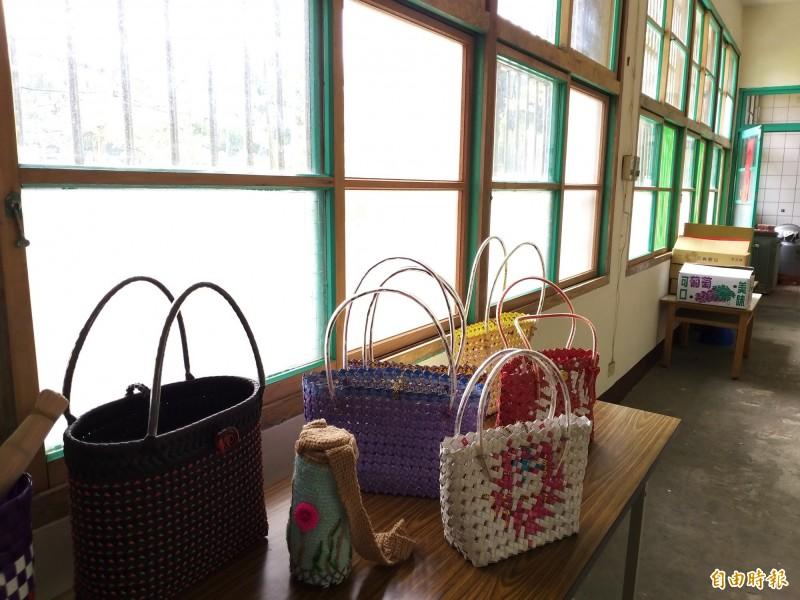 新豐鄉福興社區活動中心一樓近60扇國寶級檜木窗戶,由社區居民花了3個星期修復完成。(記者廖雪茹攝)