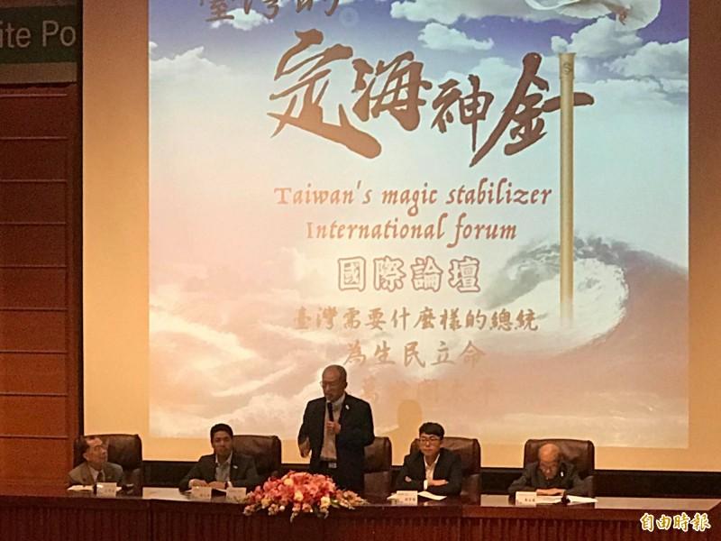 前監察院長王建煊今出席「台灣定海神針國際論壇」致詞時,盛讚鴻海董事長郭台銘有魄力,三年前就曾勸他出來選總統。(記者彭琬馨攝)
