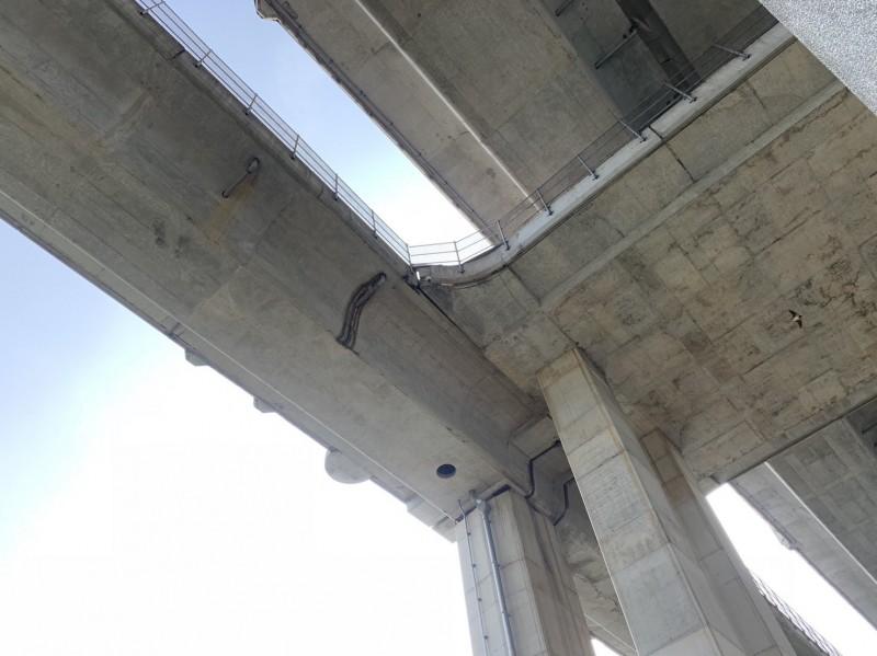 台64線快速道路6.5公里處下五股觀音山交流道旁,有兩處混凝土護欄接縫,受地震劇烈搖晃影響損壞。(公路總局提供)