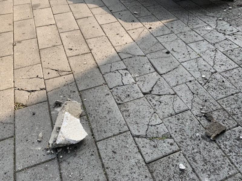 台64線快速道路6.5公里處下五股觀音山交流道旁,有兩處混凝土護欄接縫,受地震劇烈搖晃影響,導致破裂損壞,部分石塊掉落下方觀音活動中心停車場。(交通部公路總局提供)