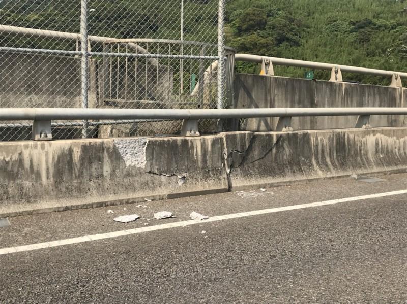 台64線6.5公里處,下觀音山交流道旁混凝土護欄受地震劇烈搖晃破裂損壞。(公路總局提供)