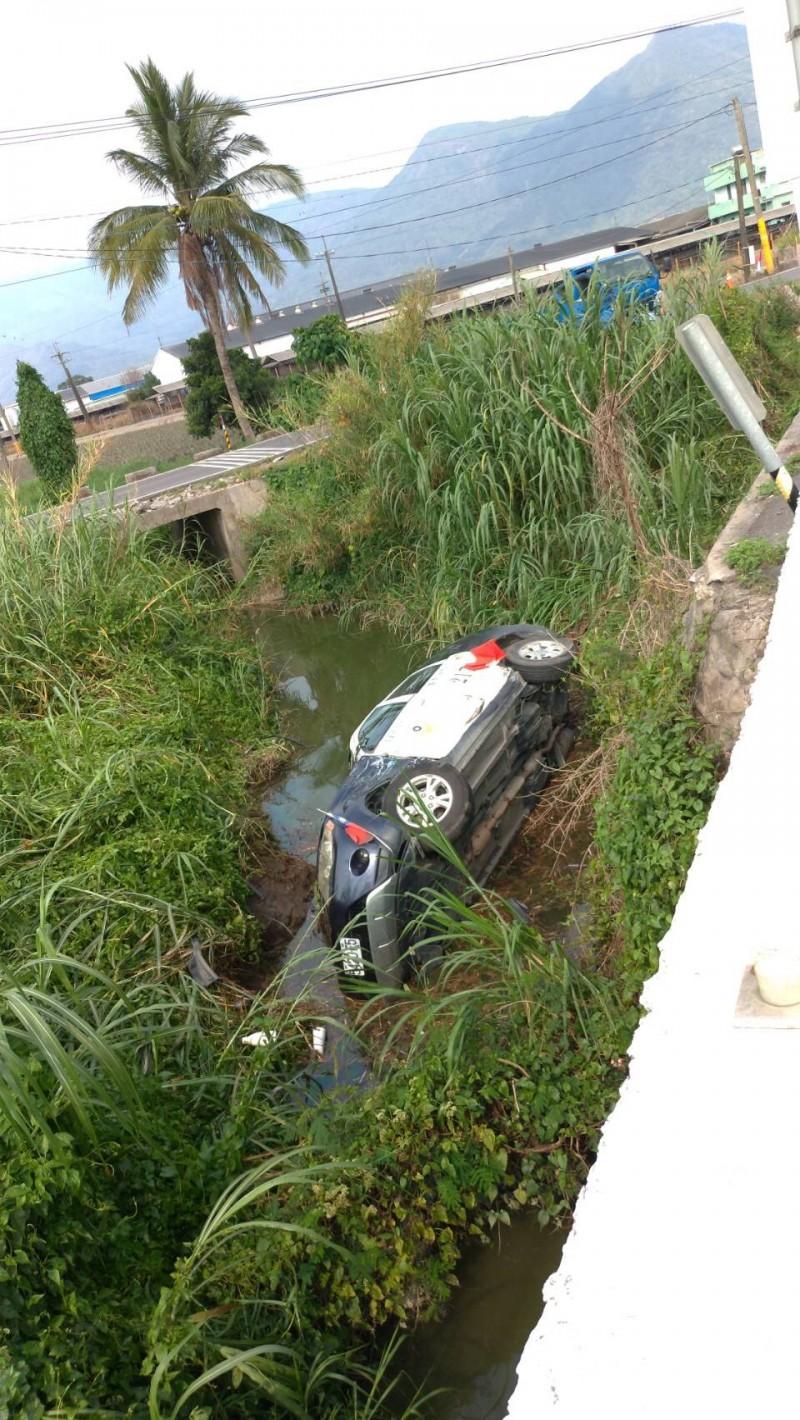 警車遭撞慘摔水溝。(里港分局提供)