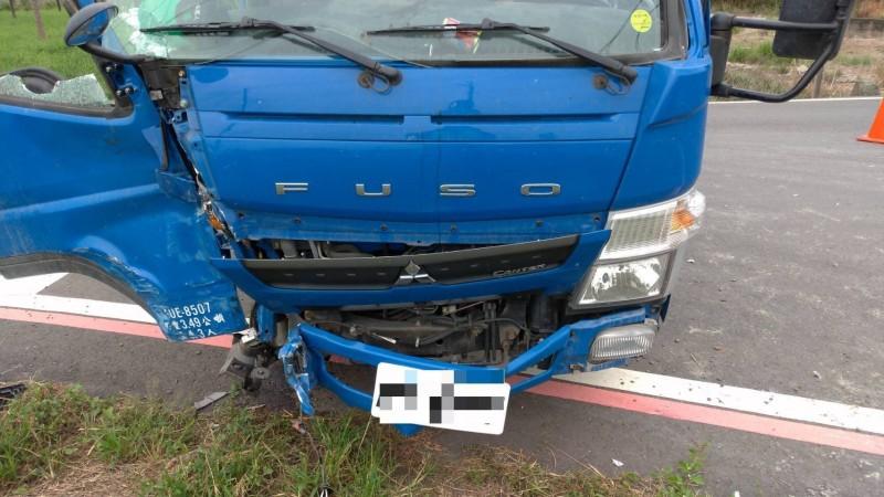 警車與小貨車發生擦撞。(里港分局提供)