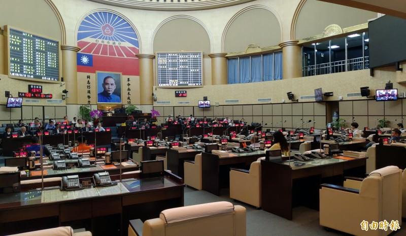 南市議會審查第二預備金,結果41名議員簽到出席,現場卻只有14人出席,因人數未過半而流會。(記者蔡文居攝)