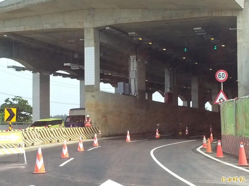 西濱快速公路WH-10新豐鄉主線新建工程進行中,即日起暫時改行駛新增建的鳳鼻明隧道,隧道內最高速限為60公里,請用路人留意。(記者廖雪茹攝)
