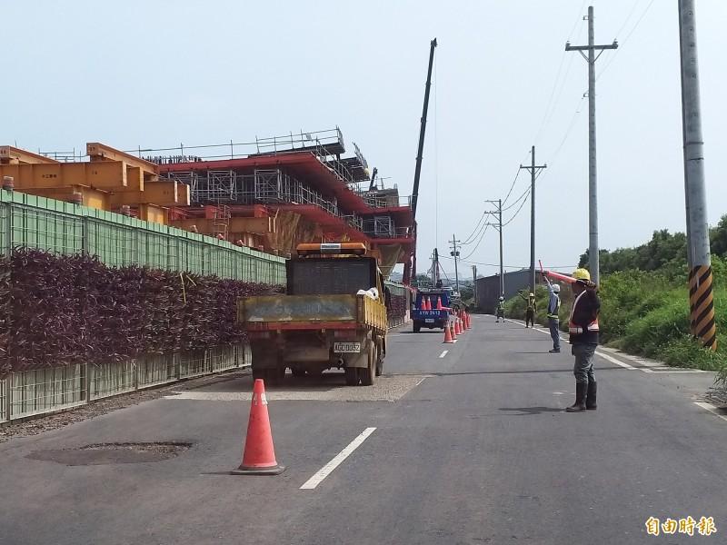 WH-10新豐鄉主線新建工程進行中,工區內速限40公里,如進行吊掛作業,會有人員交通指揮,西濱北工處敬請用路人配合。(記者廖雪茹攝)