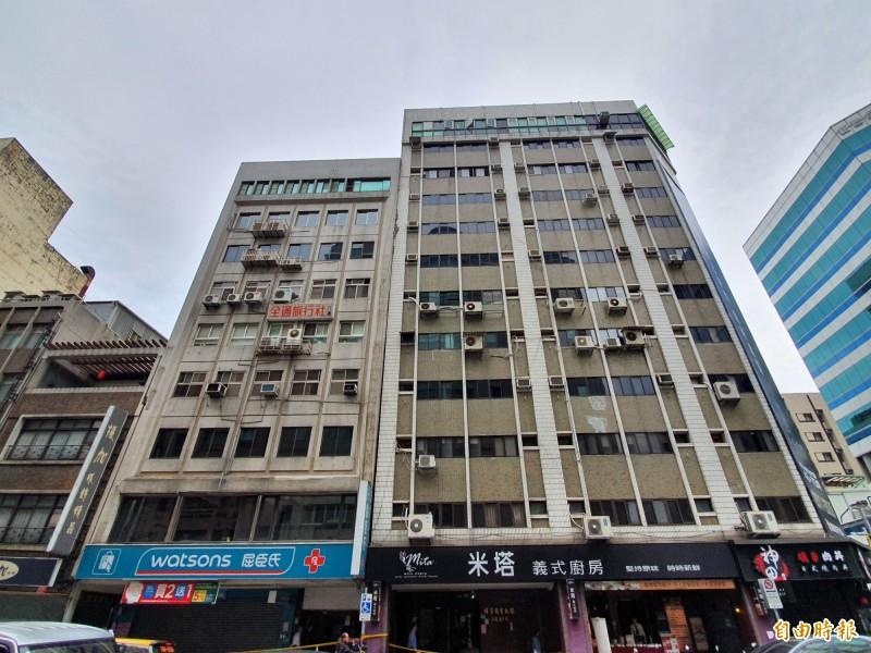 長安東路二段一棟大樓向右傾斜,建管處稱結構安全無虞,民眾表示生活不受影響。(記者林家宇攝)
