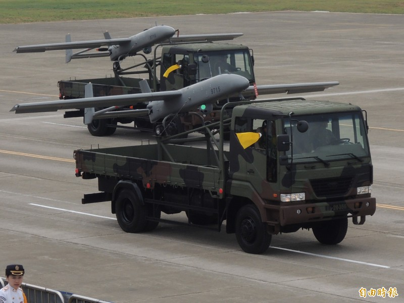 尖兵型無人機為海用型,是以現役銳鳶無人機研改而成。圖為銳鳶無人機參與國防展演接受校閱。(記者羅添斌攝)