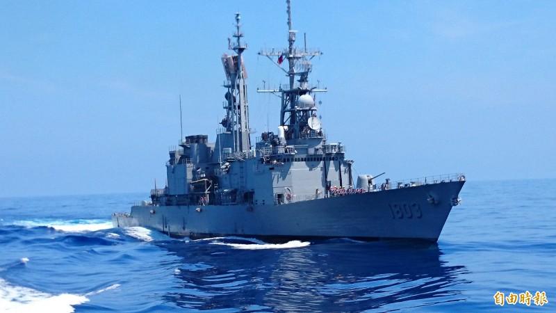 軍方研製的尖兵型無人機,可在大型軍艦上彈射發射。圖為海軍紀德級軍艦。(記者羅添斌攝)