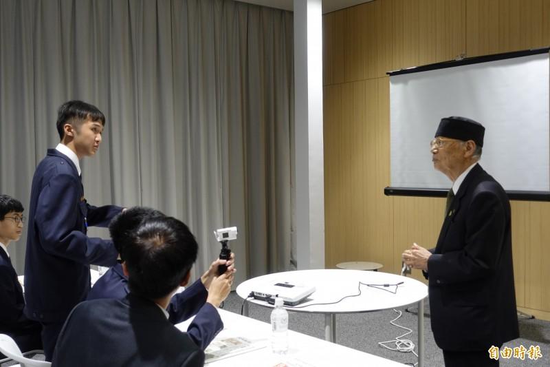 2015年諾貝爾醫學獎得主木村智(右)親自會見彰中學生,說明他的研究並接受學生的詢問。(記者林翠儀攝)