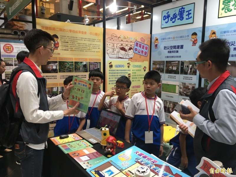 教育部及內政部今天在台北火車站大廳舉辦防災校園大會師,各校師生總動員展示平日防災教育的成果。(記者林曉雲攝)