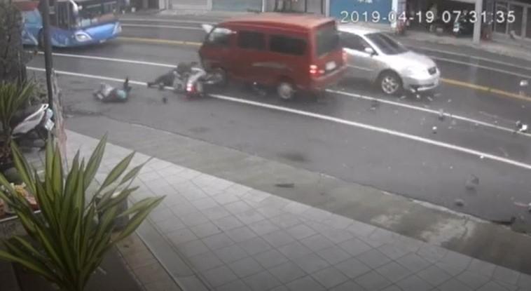 校車遭撞影像曝光! 廂型車逆向疑酒駕高速連撞