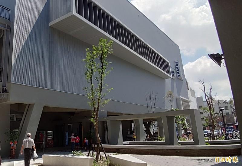 去年啟用的台南市永華國民運動中心。(記者蔡文居攝)