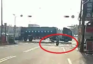 母湯喔!阿伯騎車載4米寬鐵欄杆趴趴走 嚇壞貨櫃車司機