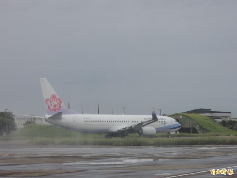 台南機場是一座軍、民共用的機場。(記者蔡文居攝)
