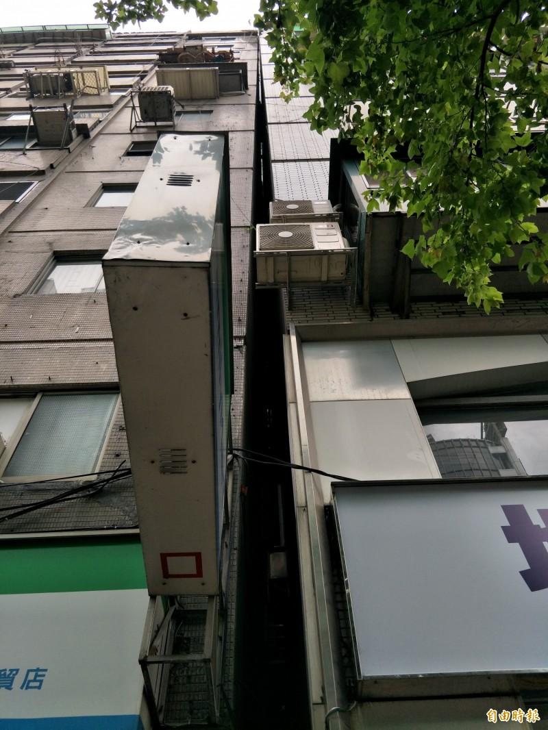 大樓頂端已靠近鄰近大樓的頂端。(記者邱灝唐攝)