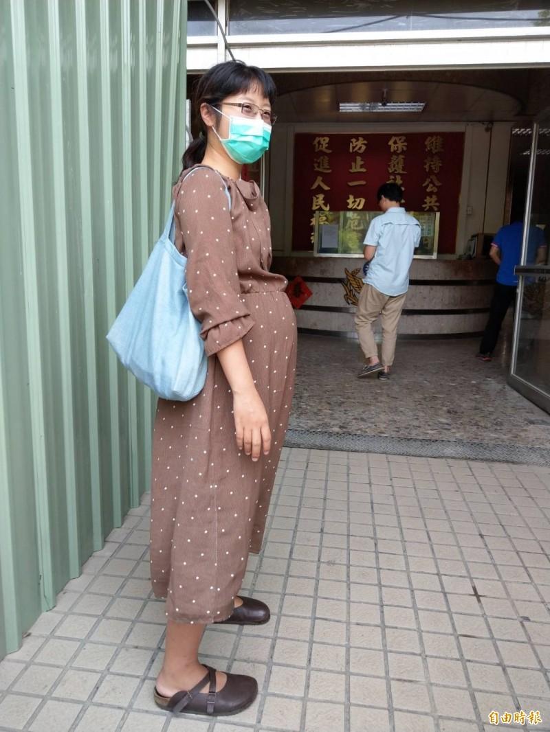 受害者陳小姐挺著大肚子到三民二警分局報案。(記者方志賢攝)