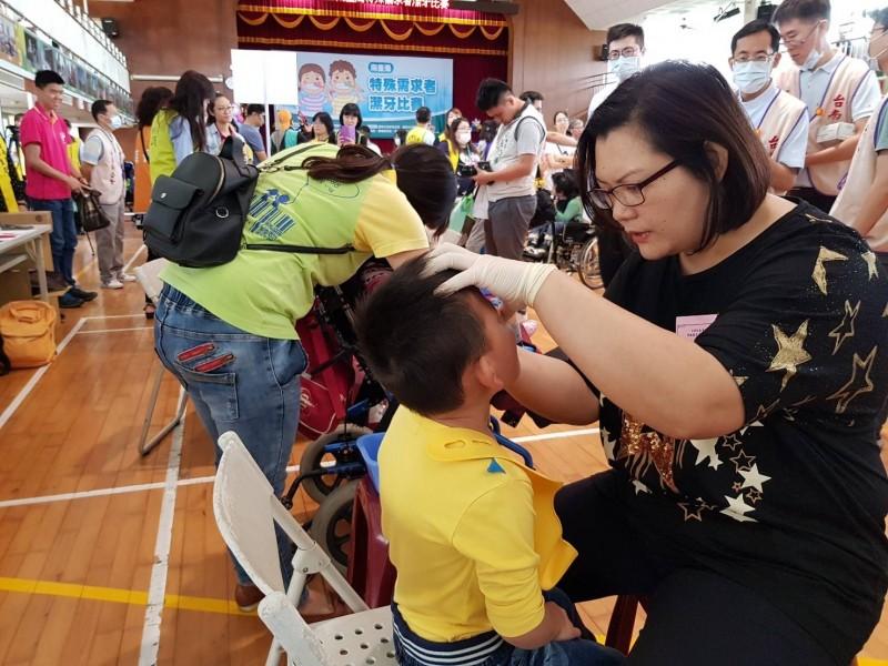 2019年度南台灣特殊需求者潔牙比賽,現場參賽選手與評審不馬虎。(記者洪瑞琴翻攝)