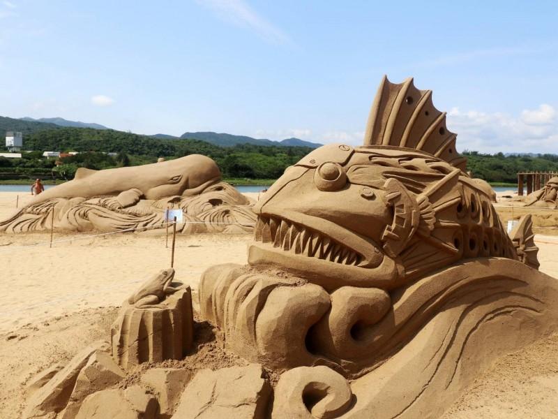 福隆國際沙雕藝術季展出各式栩栩如生的創意作品。(交通部觀光局東北角暨宜蘭海岸國家風景區管理處提供)