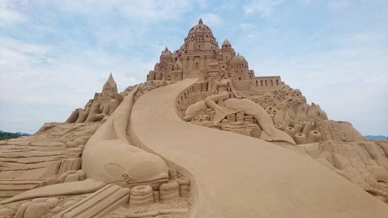 今年福隆沙雕季主題「穿越小鎮尋找亞特蘭提斯」,展出65座創意十足的沙雕作品。(交通部觀光局東北角暨宜蘭海岸國家風景區管理處提供)