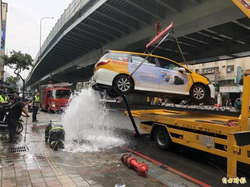 市區湧泉?小黃撞消防栓、復康巴士3傷中風乘客骨折