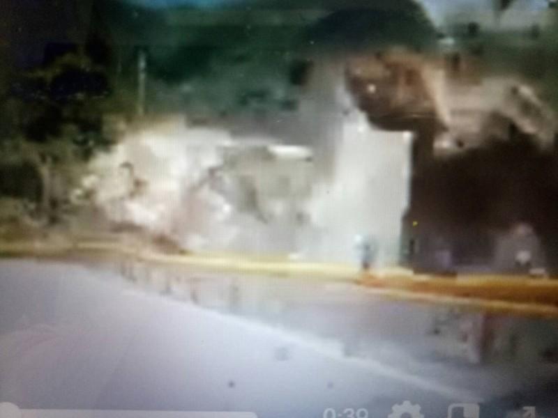 中橫公路巨石滾落,差點砸到後方車輛。(記者張軒哲翻攝)
