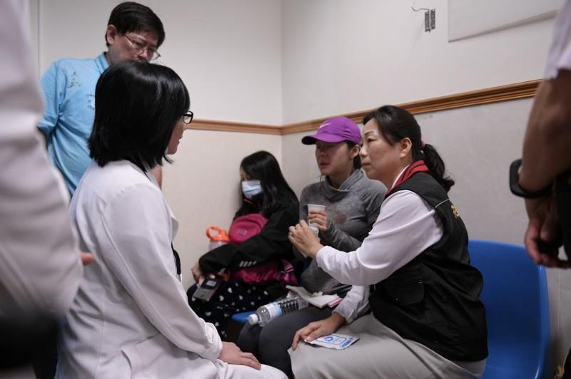 花蓮縣長徐榛蔚昨在第一時間至醫院關心朱男及另名受傷的54歲馬姓女子狀況,與家屬一起聽取慈濟各科會診結果。(記者王峻祺翻攝)