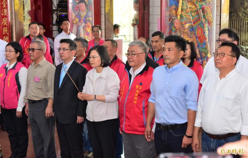總統蔡英文金上午到南方澳進安宮、南天宮等媽祖廟參拜。(記者張議晨攝)