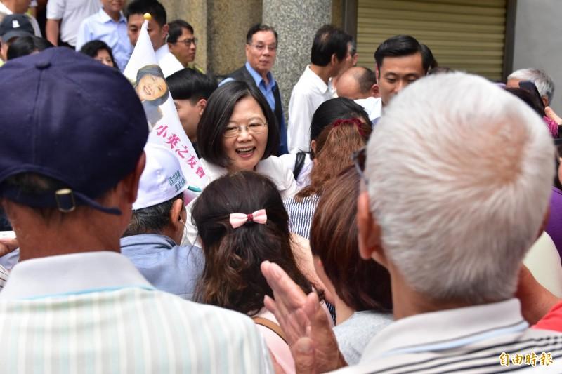 總統蔡英文今天到宜蘭出席基層座談會,受到支持者熱烈歡迎。(記者張議晨攝)