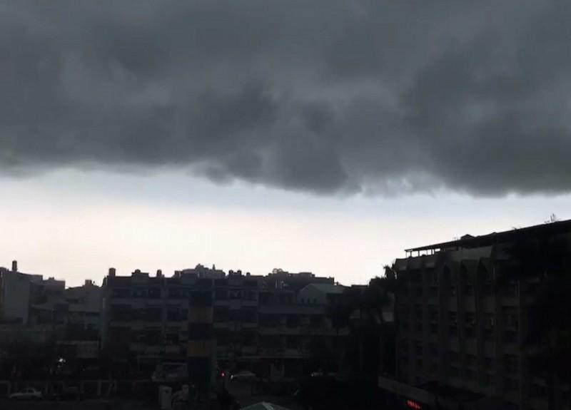 中部下午超大雷雨!下雨前颳起強風,天際厚實黑雲壟罩像海嘯。(記者湯世名翻攝)