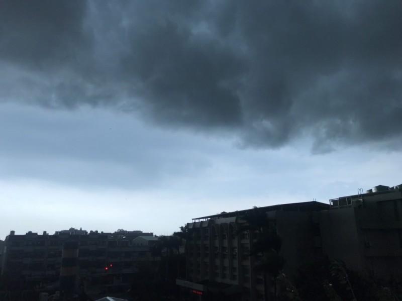 中部下午超大雷雨!下雨前颳起強風,天際厚實黑雲壟罩,相當驚人。(記者湯世名翻攝)