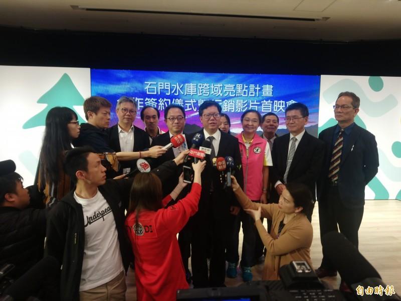 桃園市長鄭文燦受訪時表示,若鴻海集團董事長郭台銘代表國民黨參選,針對政治和經濟如何劃分,必須要有一個明確的說明。(記者謝武雄攝)