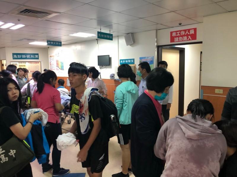 高雄突降強風豪雨,旗美高中10名學生被帳蓬壓傷送醫。(記者黃佳琳翻攝)