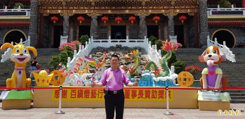 五甲龍成宮主委鄭振成展示廟前廣場打造3米高龍鳳燈籠迎賓。(記者陳文嬋攝)