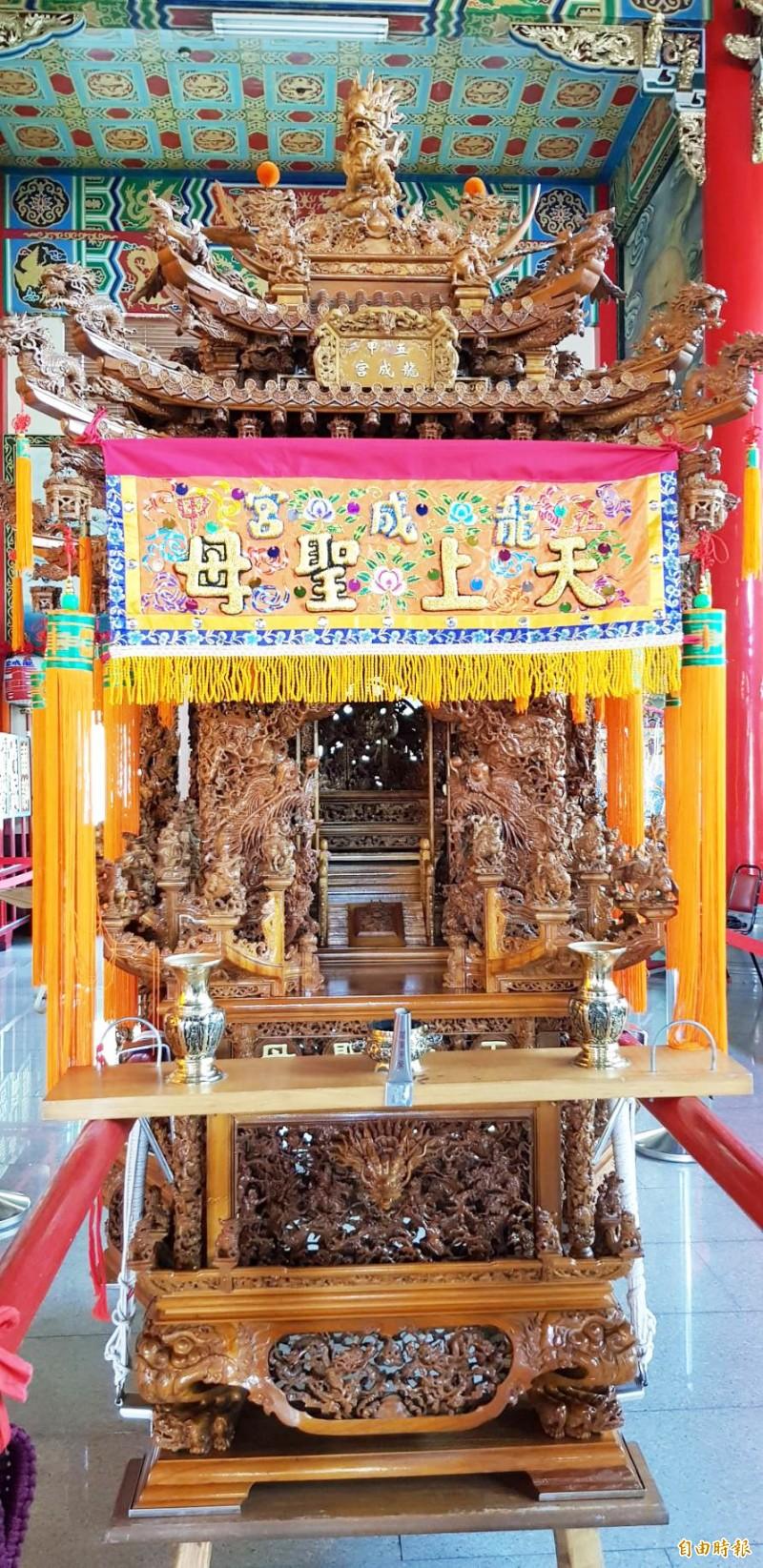 五甲龍成宮打造手工木雕媽祖神轎重達7000斤,出動百名辣妹扛媽祖遶境。(記者陳文嬋攝)