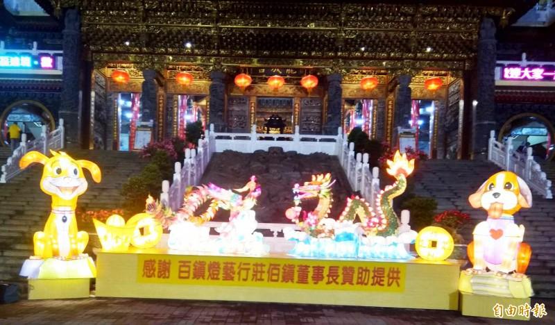 五甲龍成宮廟前廣場打造3米高龍鳳燈籠迎賓,入夜妝點光彩奪目。(記者陳文嬋攝)