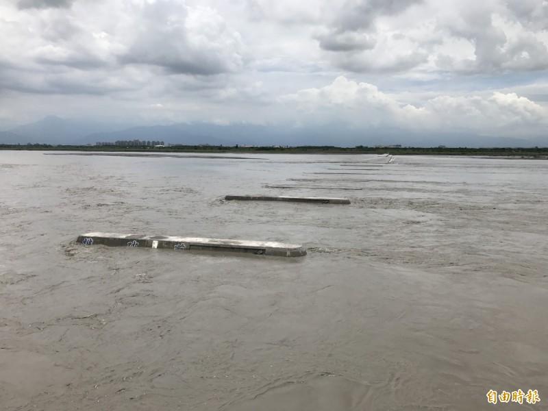 下午一場及時雨,屏溪攔河堰流量上升,高雄到6月底不會缺水了。(記者洪臣宏攝)