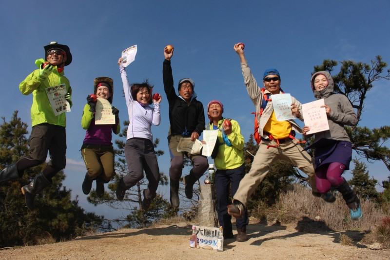 百岳瑜珈第8年,何茜芸與5名隊友一同完百。(何茜芸提供)