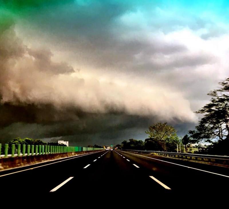颮線來襲,民眾在國道拍到暴風雨前景象,直說很像災難電影的場景。(廖姓民眾提供)