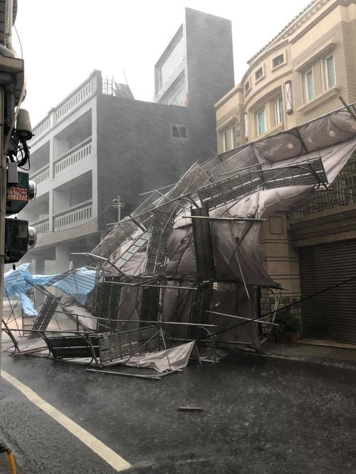 狂風暴雨吹垮溪湖鎮大型鷹架。(記者顏宏駿翻攝自臉書「我是溪湖人」網頁)