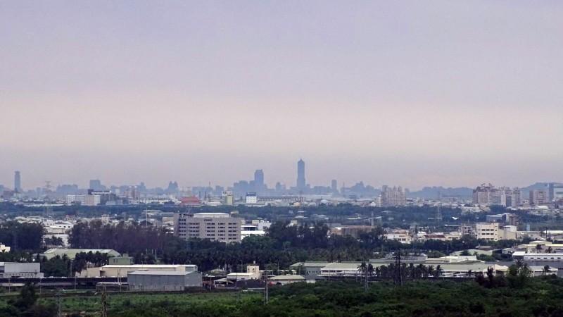 邱春華說,只要空品佳、天氣好,在住家就可以清楚看到高雄的八五大樓。(邱春華提供)