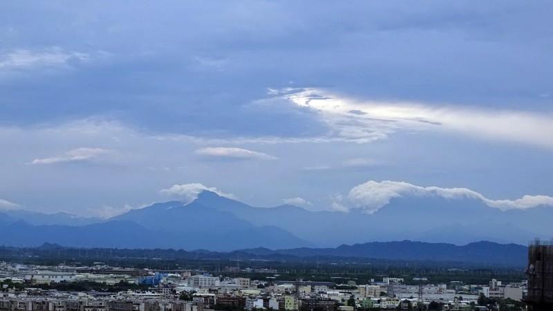 台南傍晚雨過天青,美麗的中央山脈清楚可見。(邱春華提供)