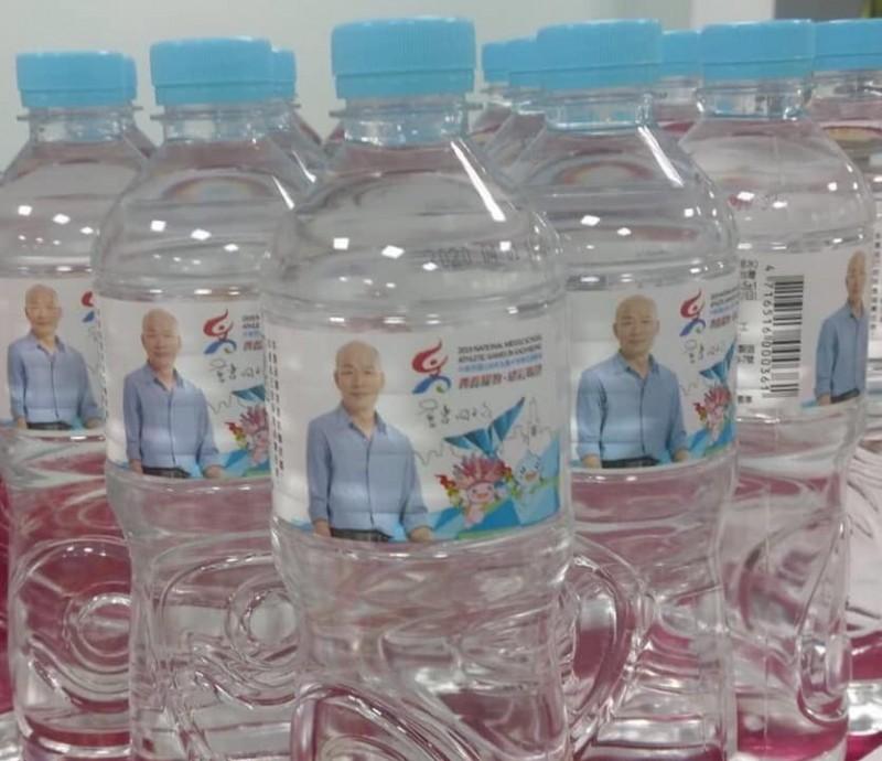 全中運提供給選手飲用瓶裝水印有韓國瑜肖像。(翻攝自臉書粉絲專頁「高雄迷因 Kaohsiung meme」)