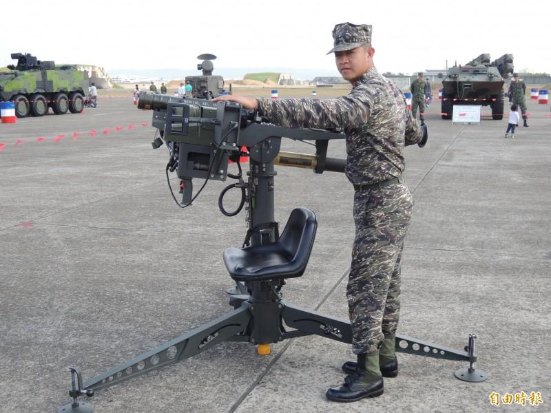軍方現役的雙聯裝刺針飛彈,需用腳架固定。(記者羅添斌攝)