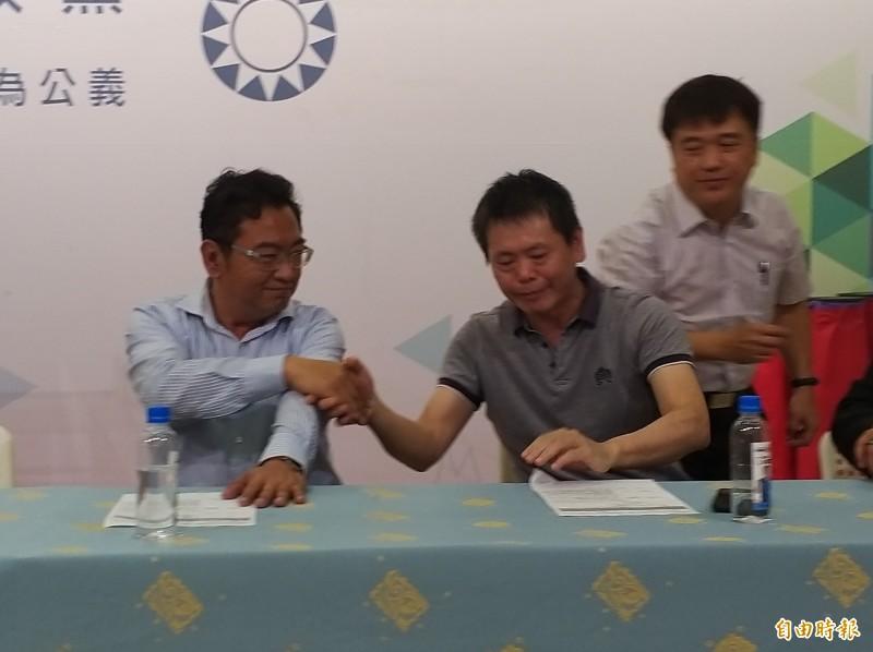 國民黨新竹縣黨部今早在黨部公布立委第一選區初選民調結果公佈後,出線的立委林為洲(前右)與排名第二的湖口鄉長林志華(前左)兩人握手致意。 (記者廖雪茹攝)